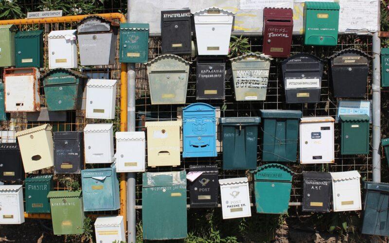 Verschillende brievenbussen die hangen aan de muur